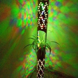 Artesanía con bambú, lámparas relajantes con led de colores, jarras de cerveza originales, altavoces ecológicos y más.